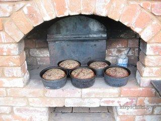 Формы с хлебом на закваске на шестке русской печи.