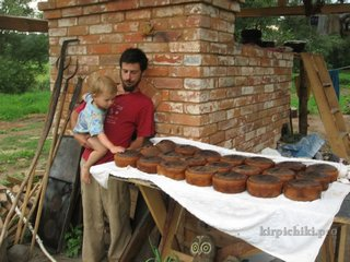 Большая выпечка ржаного хлеба на закваске.
