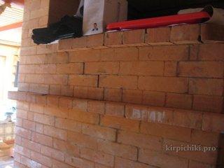 Трещины задней стенки русской печи - замазаны в ходе ремонта печи глино-песчанным раствором.