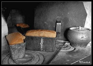 Хлеб на шестке русской печи.